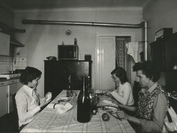 """Carla Cerati, S.t., da """"Donne di ringhiera"""", 1977, stampa fotografica in bianco e nero, 398x300 mm."""
