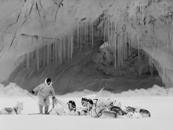 Ragnar Axelsson, <em>Thule Mikide on Inglefield Fjord Greenland</em>, 1999 | Courtesy of Casa dei Tre Oci &copy; Ragnar Axelsson<br />
