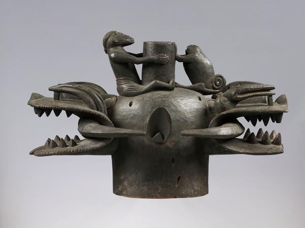Maschera bifronte a elmo (wanyugo), probabilmente metà del XX secolo Artista non riconosciuto Senufo, Costa d'Avorio Legno, 44 x 71 x 33 cm