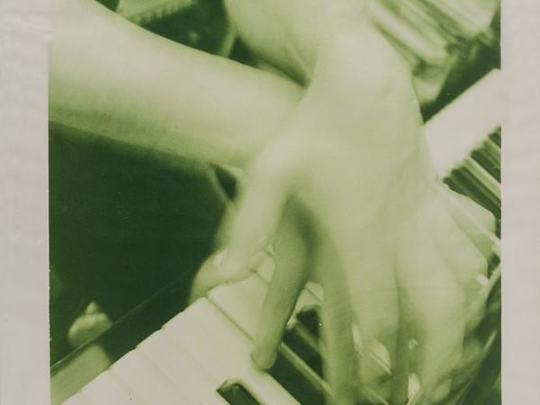 Giuseppe Chiari, Gesti su piano, 1979, fotografia su carta virata in verde, 103,5x73,5 cm.