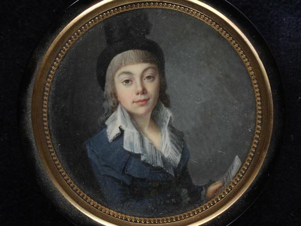 <strong>Jean-Baptiste-Jacques Augustin</strong>(attribuito),Miniatura su coperchio di scatola con<em>Ritratto di fanciulla in abiti da amazzone,</em>1795-1800,acquerello e<em>gouache</em>su avorio; Ø 6,7 cm.Donazione Paola Sancassani, 2018; inv. Cl. II n. 845<br />