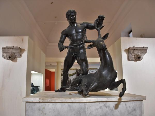 Eracle in lotta con il cervo, Copia romana da un modello della cerchia di Lisippo, Donazione Borbonica