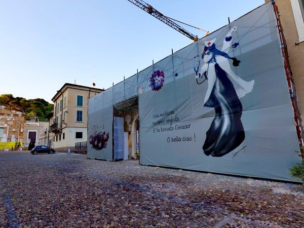 Opera site-specific di Zehra Doğan, Piazza del Foro, Brescia