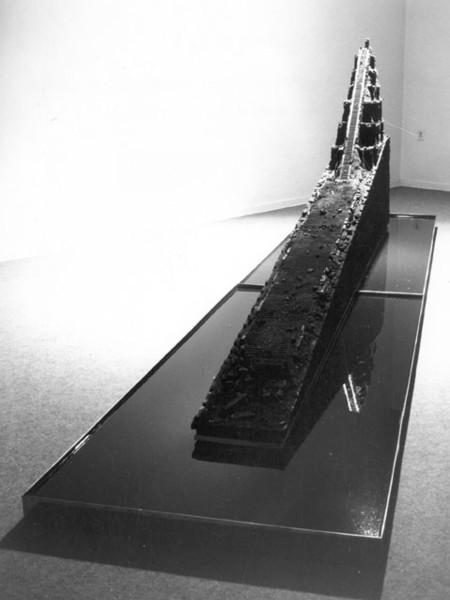 Poirier, Mundo Perdido,1982, carbone, acqua e bronzo, cm 400x80x122