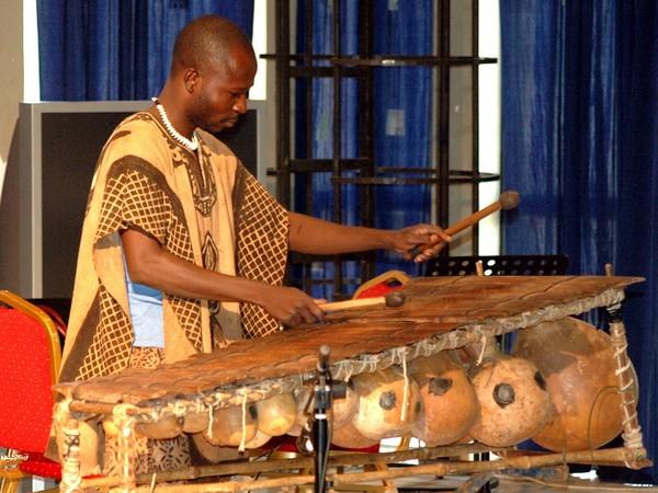 Performance al Balla Fassekè Kouyate di Bamako, voces en Mali 07.2008