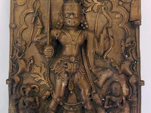 Vīrabhadra fremente di energia. Karnataka, India meridionale, XVIII sec. Fusione su lega di rame, cm. 20,5x13,5
