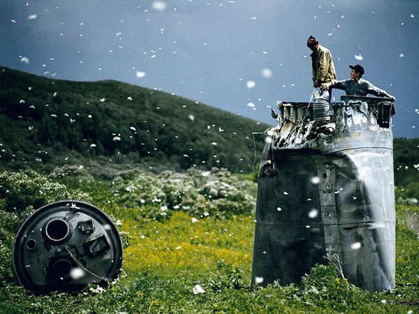 Jonas Bendiksen, Abitanti di un paese nel Territorio dell&rsquo;Altaj raccolgono i rottami di una navicella spaziale precipitata, circondati da migliaia di farfalle, Russia, 2000 | &copy; Jonas Bendiksen / Magnum Photos / Contrasto<br /><br />