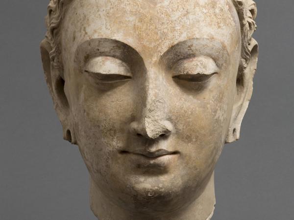 <em>Testa del Budda</em>, Mathura, V secolo d.C., Arenaria rossa, 20.3 cm