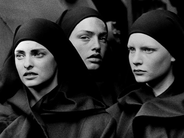 Peter Lindbergh, Linda Evangelista, Michaela Bercu & Kirsten Owen, Pont-à-Mousson, 1988