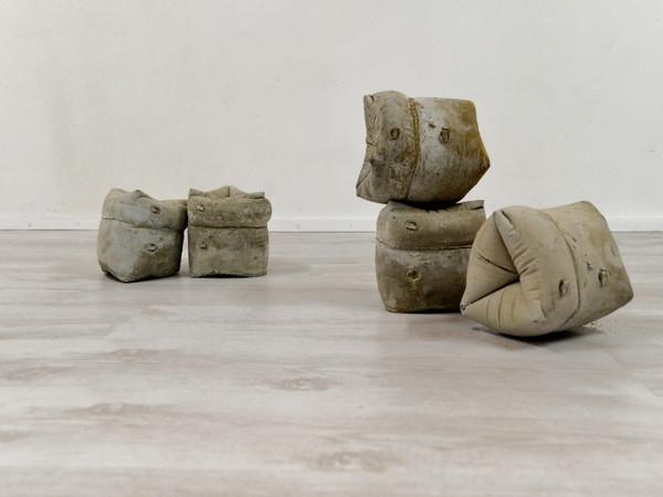 Iacopo Pinelli, Sui corpi galleggianti, misure variabili, cemento, 2021
