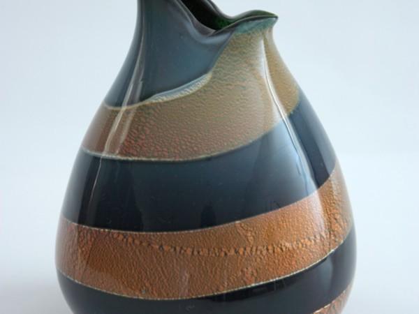 Vaso in vetro blu con fascia a spira dorata, con effetti cromatici dovuti a speciali reazioni su metalli Venezia, A.Ve.M., disegno di Giulio Radi