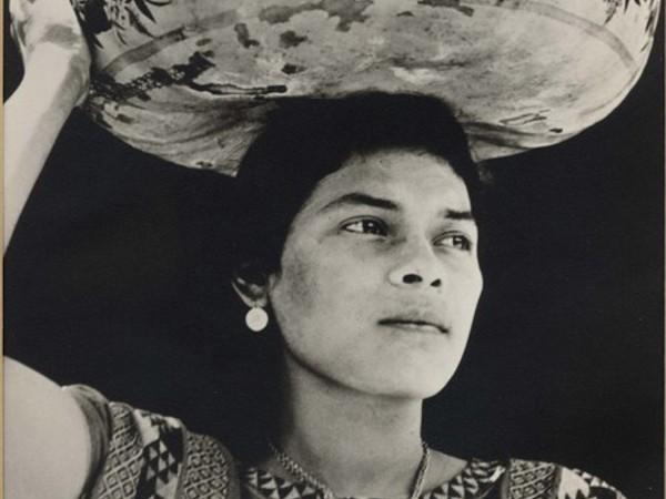 <span>Tina Modotti,</span><em>Le donne di Tehuantepec portano frutta e fiori sulla testa, dentro zucche dipinte chiamate jicapexle</em>, 1929