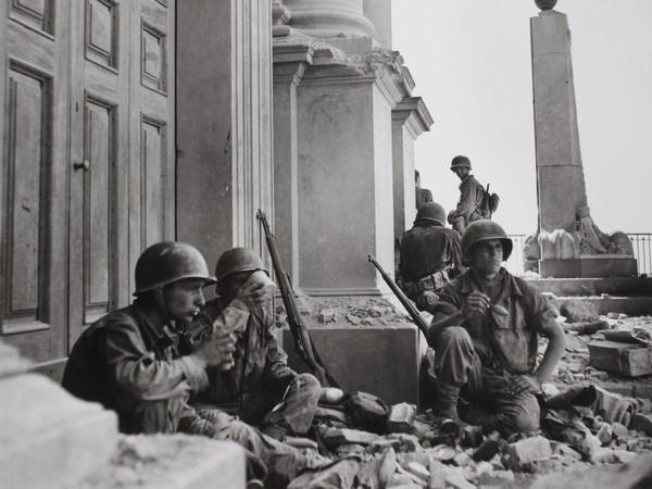Robert Capa, <em> Soldati americani a Troina, nei pressi della Cattedrale di Maria Santissima Assunta, dopo il 6 agosto 1943</em>
