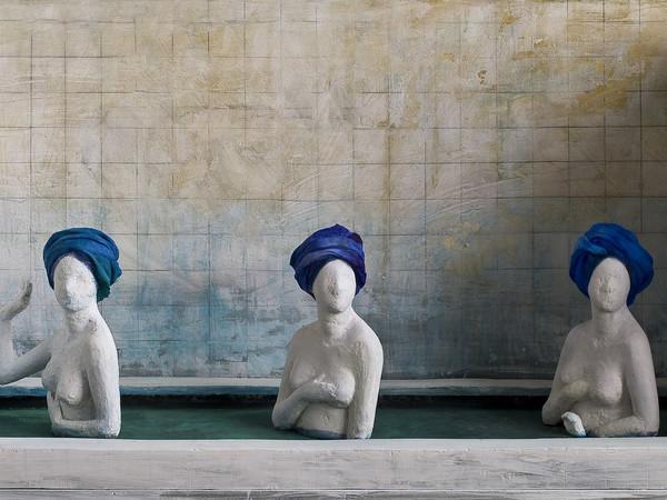 Silvia Codignola, Bagnanti, 2012. Gesso, legno e stoffa, scatola, cm. 98x36x50