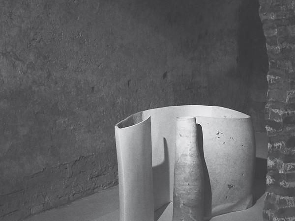 Giuliano Giuliani, Gilberto ed Elmo, 1997, travertino, gesso e resina, 80x185x78. Collezione dell'artista