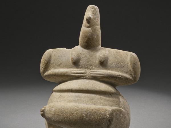 Statuetta femminile seduta con gambe piegate, Cicladi, forse Amorgos, Tardo Neolitico (V-IV millennio), Marmo Bruxelles, Musées Royaux d'Art et d'Histoire