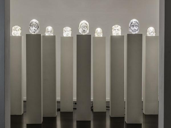 Julien Friedler, La Forêt des Ames, 2009. Tecnica mista, 9 colonne 210x30x30 cm. Collezione Fondation Spirit of Boz