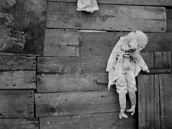 Dora Maar, Marionnette accrochée à une palissade, 1934. Collezione Jill Quasha, New York