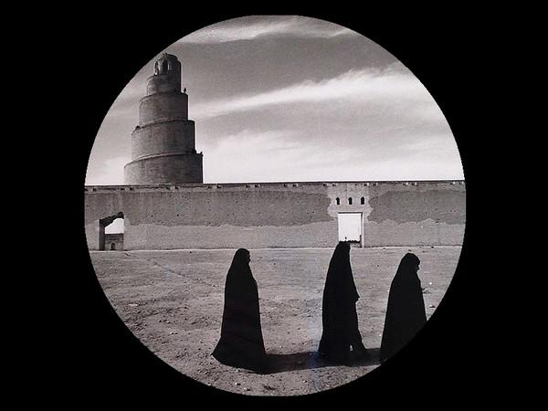 Fulvio Roiter, La torre elicoidale a Samarra, Iraq, 1964, Particolare dalla mostra Fulvio Roiter. Fotografie 1948-2007, Casa dei Tre Oci, Venezia, Dal 16 marzo al 26 agosto 2018 | Foto: ARTE.it