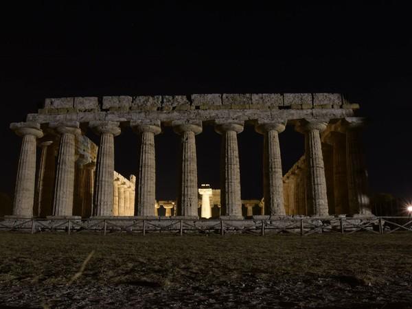 Paestum in notturna