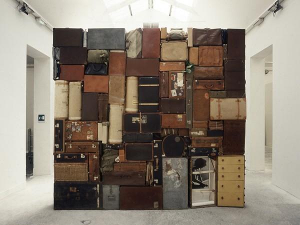 Fabio Mauri, Il Muro Occidentale o del Pianto, 1993. Valigie, borse, casse, involucri in cuoio, tela e legno, cm. 400x400x60