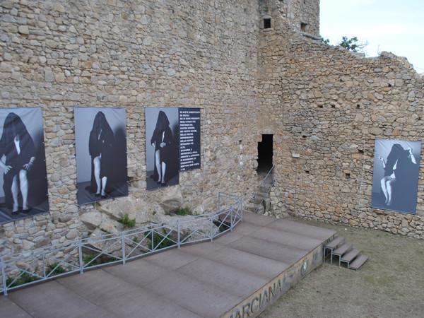 Angela Galli, Persephoni, installazione cortile interno, Fortezza Pisana di Marciana