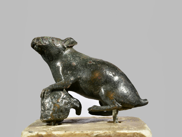 Statua in bronzo raffigurante un topo
