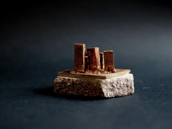 Mauro Pinotti, Futuro semplice, 8x8x8 cm., ferro con base in porfido, 2018