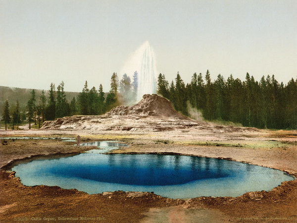 William Henry Jackson Photochrom Co., Castle Geyser, Yellowstone National Park, 1898. Da negativo originale di William Henry Jackson Fotocromia, 17×22,7 cm. Centro Documentazione Museo Nazionale della Montagna – CAI Torino. Fondo Fotocromie