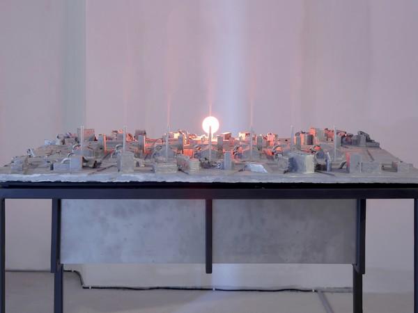 Ornaghi & Prestinari, Asmatico, 2016, fusione in alluminio, acciaio inox, lampadina, macchinario, 85x120x80 cm.