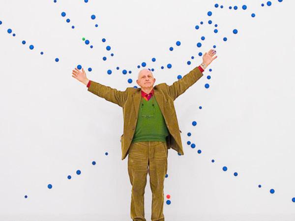 Enrico Crispolti, nel 2005, a Milano, alla Galleria Naviglio Modern Art, fotografato da Ignazio Gadaleta nella sua opera ambiente Celesti magnetici (al cielo di Milano)