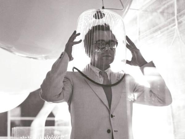 """Ugo La Pietra, Immersione """"Caschi sonori"""", Installazione alla Triennale di Milano (con Paolo Rizzatto), 1968"""