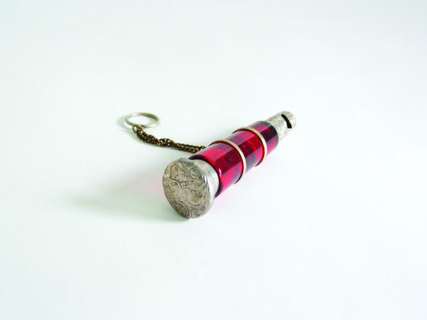 Doppio flacone in vetro rosso con fischietto in argento. Boemia Secolo XIX
