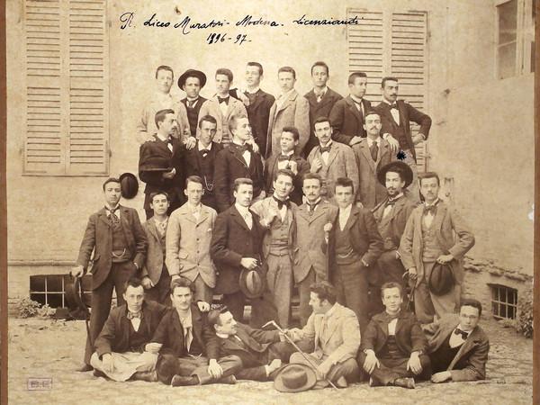 Liceo Ludovico Antonio Muratori di Modena, Foto di gruppo della maturità, anno scolastico 1896-97, fotografia. Modena, Biblioteca Estense Universitaria