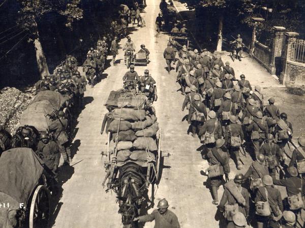 Truppe italiane di rincalzo che marciano verso il fronte. Archivio Fotografico Museo della Terza Armata