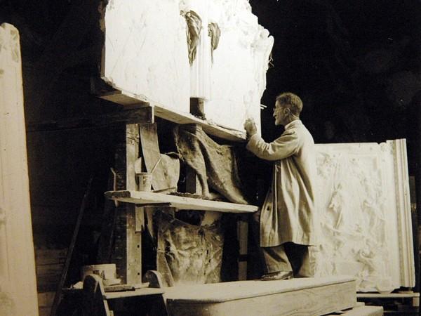 Lodovico Pogliaghi lavora alle formelle della porta di S. Maria Maggiore a Roma