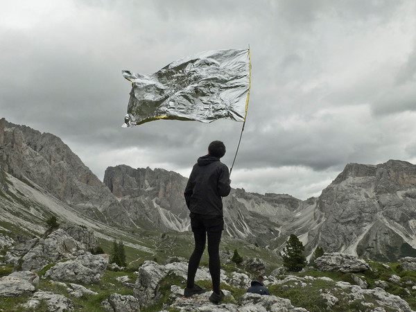 Mrova Landschaft, Macht Kapital, 2015. Video documentation of the intervention with the flag. HD video, 16:9, audio stereo. 5:30 min, June 2015, Dolomites, South Tyrol