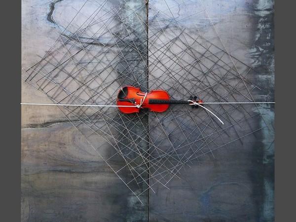 Jannis Kounellis, Untitled, 2011. Lastra in ferro, cavo d'acciaio, rete metallica e violino