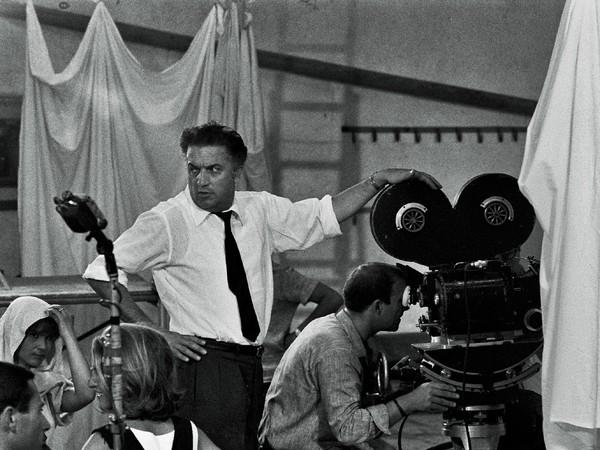 Fellini sul set di <em>8 ½</em>, Gideon Bachmann, 1963 | © Cinemazero Images – Pordenone<br />