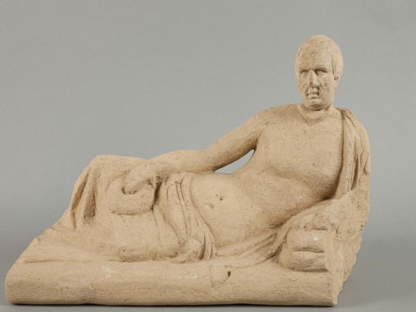 Coperchio figurato di una urnetta funeraria etrusca in pietra