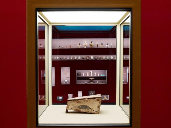 """Veduta della mostra """"Spitzmaus Mummy in a Coffin and other Treasures"""" Kunsthistorisches Museum, Vienna. Sarcofago di un toporagno c. IV sec. a.C legno dipinto 21.9 x 11.6 x 11.4 cm Kunsthistorisches Museum Wien, Collezione egizia e del Vicino Oriente"""