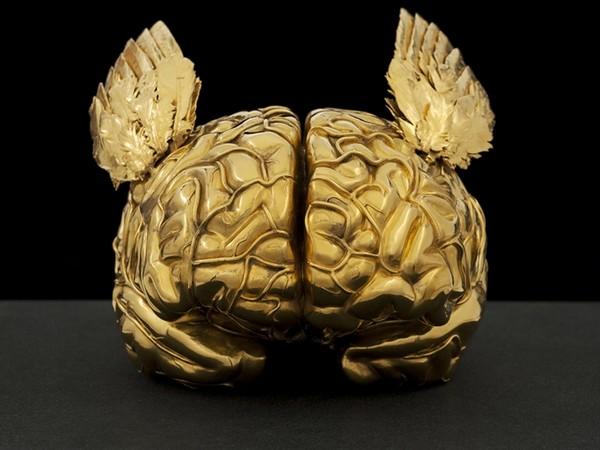Jan Fabre, Golden Human Brain with Angel Wings, 2011. Nero Assoluto / bronzo silicato, oro 24 carati, granito Nero Assoluto, 28x30,5x26 cm.