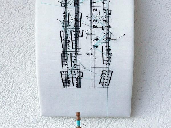 Donatella Lombardo Partitura 19 - Hensel Fanny - Lieder fuer das Pianoforte Bote Pastorella, 2016. Cucito e stampa digitale su stoffa, plexiglas, poliuretano espanso, fuselli, spilli Cm 49 x 20 x 13 ca (inclusi i fuselli)