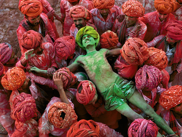 Steve McCurry, Holi festival. Rajasthan, India, 1996