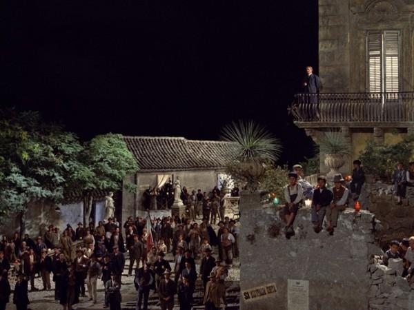 Scena del film Il Gattopardo: nella piazza di Donnafugata/Ciminna vengono proclamati i risultati del plebiscito