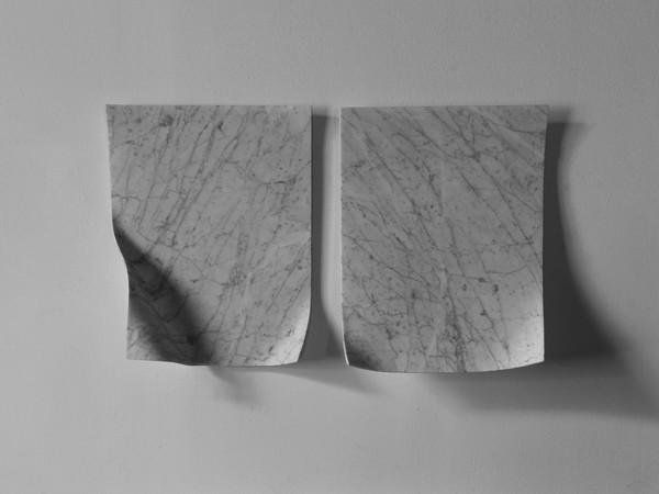 Antonio Trotta, Sospiri, 1999, elementi in marmo bianco, cm 40x30x0,5 cad.