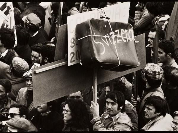 Mimmo Jodice Napoli, Manifestazione a Piazza Garibaldi / Naples, 1967. Stampa ai sali d'argento / Gelatin silver print, 19,3x29 cm.