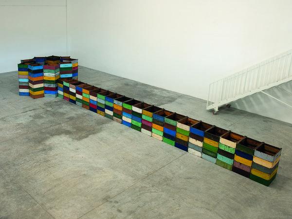 Carlo Dell'Amico,<em>Contemplare</em>, melari in legno, vernice, parti metalliche, 1,40x12,20 m, 2018<br />