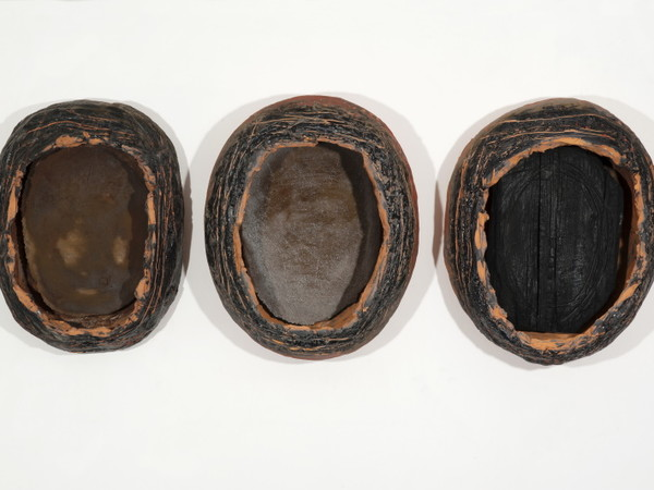 Giancarlo Sciannella, Teste, 2013, ceramica, legno combusto e ferro, cad. 50 x 57 x 23 cm.