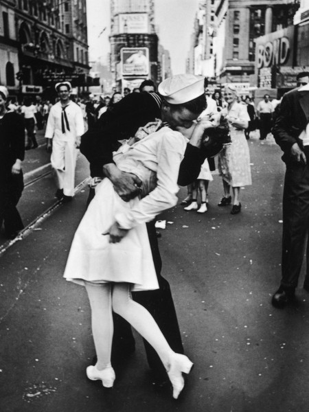 VJ Day a Times Square, New York, NY, 1945 by Alfred Eisenstaedt